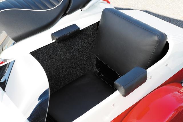 画像: レザー調の合皮で美しく仕上げられたシート。クッション厚のあるバックレストやアームレストも左右に装備し、快適な座り心地。
