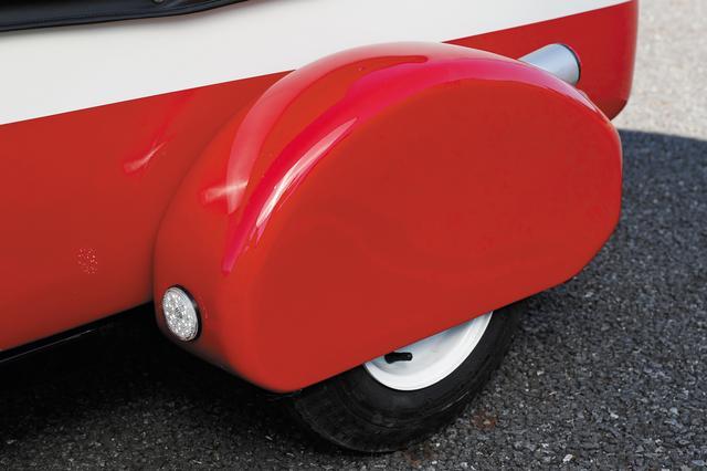 画像: 8インチタイヤをすっぽりと覆い尽くすディープフェンダー。丸みを帯びたシルエットで愛くるしい。前方には車幅灯を備えた。
