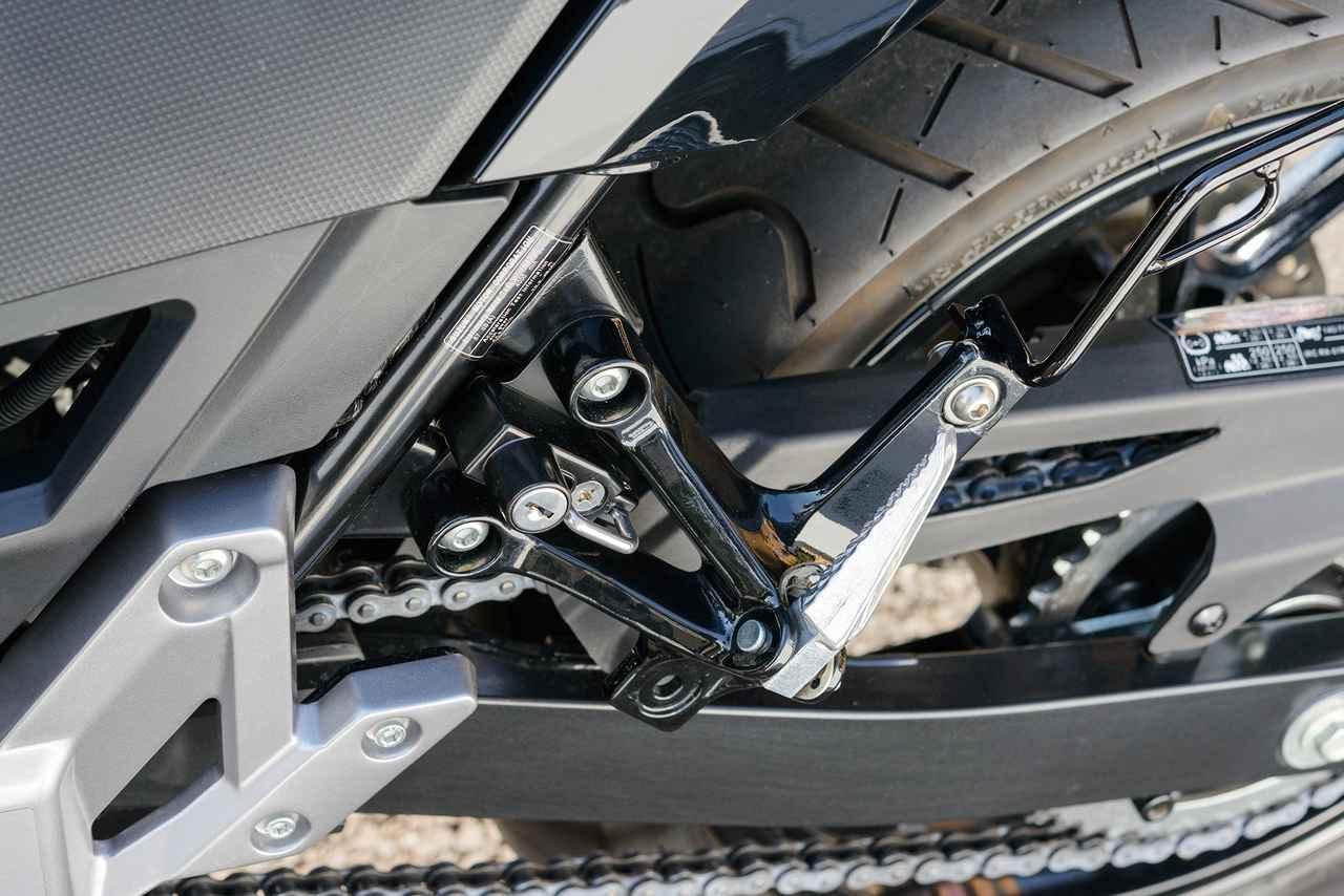 画像: フレームとタンデムステップステーの隙間に出来たスペースに、ピッタリ収まる形状の「ヘルメットロック」。車種専用設計となる。価格:3400円(税別)