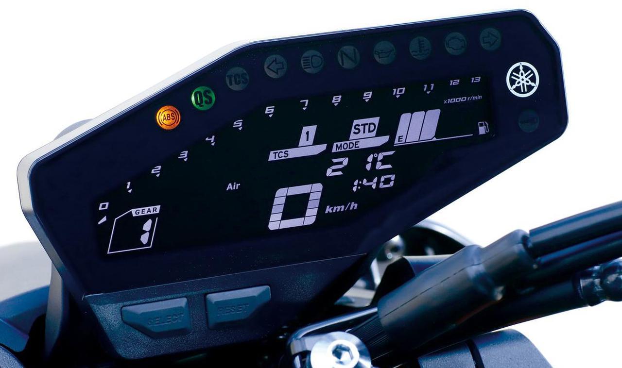 画像: MT-09 SP のメーター。写真はDモード(ライディングモード)を「STDモード」(さまざまな走行条件に適したモード)にしている状態。そのほか、「Aモード」(STDモードより、シャープでダイレクトなレスポンスを楽しめるモード)、「Bモード」(STDモードより、穏やかで扱い易い出力特性を楽しめるモード)を選択できる。