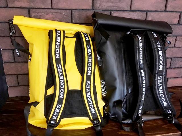 画像2: ショルダーベルトにまでデザインがほどこされた防水バックパック