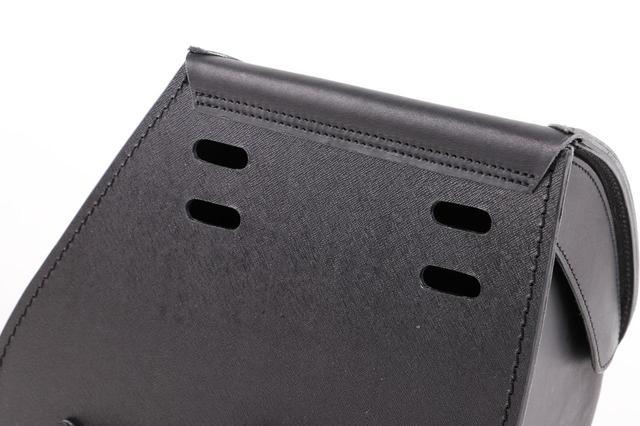 画像: 背面に取付ベルトの穴を装備
