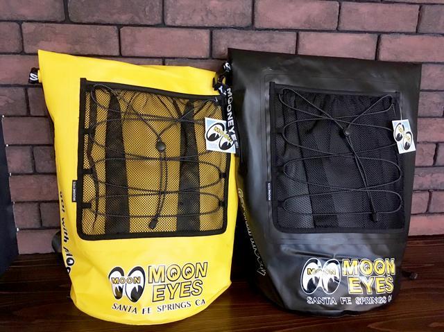 画像1: ショルダーベルトにまでデザインがほどこされた防水バックパック