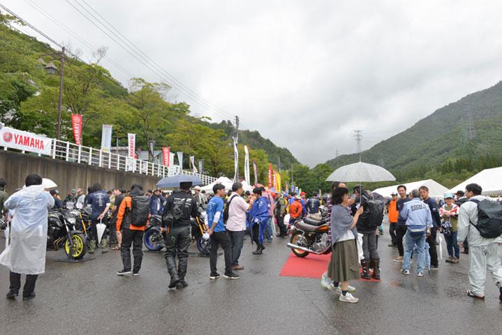 画像: 2018年から初開催されたこのイベントは、雨に見舞われた東会場(苗場プリンスホテル)に約1400人、西会場(淡路ワールドパークONOKORO)には、約2000人のヤマハ乗り・ヤマハファンが集まった。※写真は2018年の様子です。