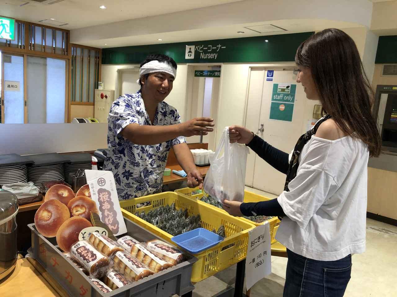 画像: サービスエリア内では、こんな形で食品の販売もしていました。