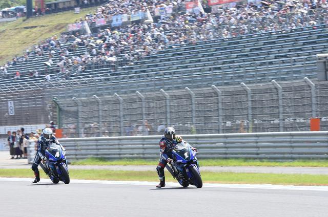 画像: 2周目の1コーナー進入。ここから中須賀が2位以下を引き離します
