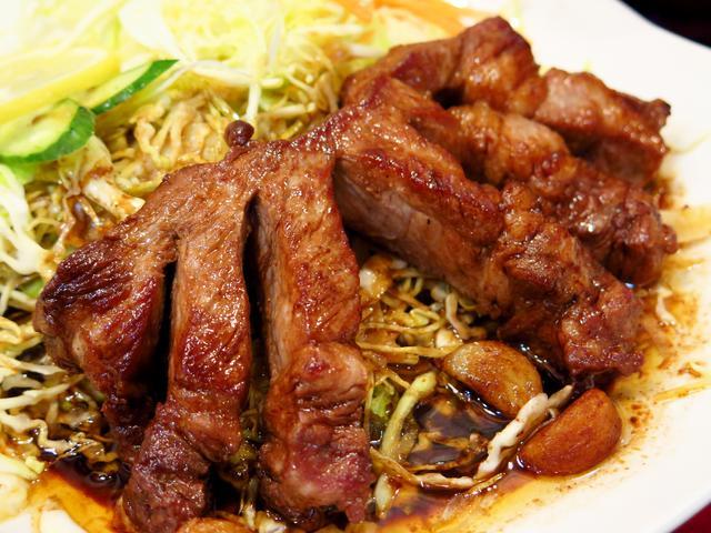 画像: ①三重県「四日市とんてき」/肉の塊を食らう、これぞスタミナフード!