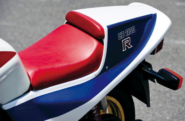 画像: 初期モデルこそシングルシートだったが、後年からはタンデムステップを装備。カウルは脱着可能だ。