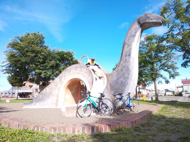 画像: この恐竜の名前はクッシーといって、屈斜路湖にいる未確認生物(UMA)のことです。滑り台は急で怖いくらいです。