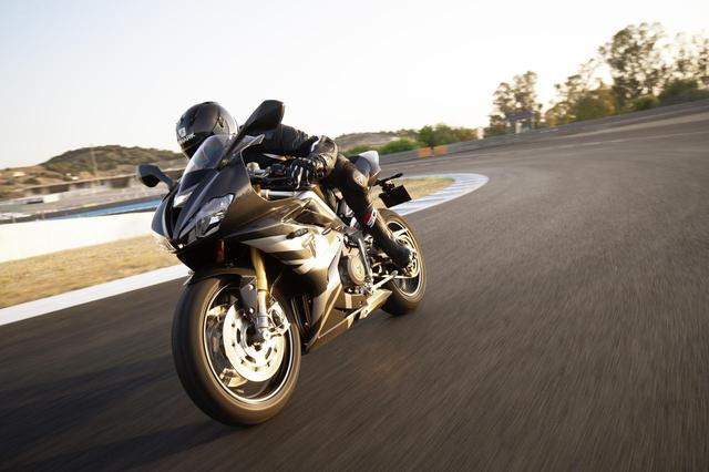 画像: Moto2ファクトリーマシンの走りに最も近い公道仕様のスーパーマシン