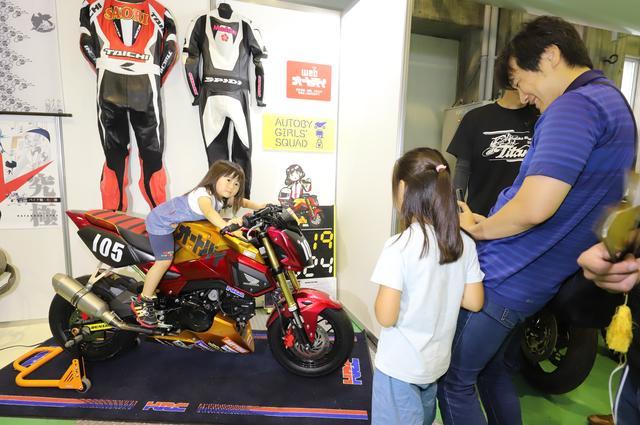 画像: オートバイ女子部がレース参戦しているHRCグロムを今回も展示。自由にまたがって頂ける状態になっているので、ぜひ記念撮影してくださいね。