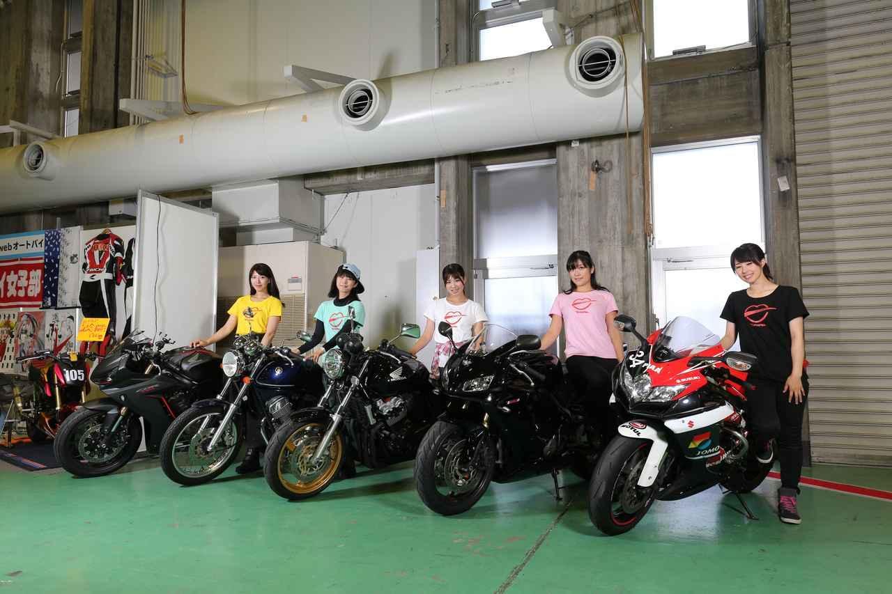 画像: 土曜日にトークショーを展開した5人の愛車は、日曜日も展示。(今回の5人も普通にバイクで来てます。例によってガチです)ぜひオリジナルの装飾ナンバープレートにも注目してくださいね。