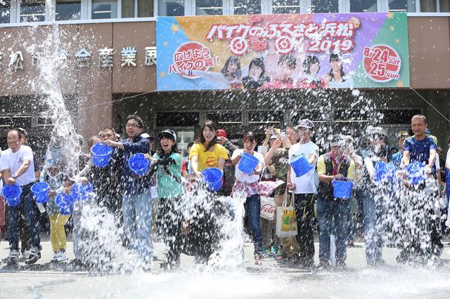 画像: 土曜日は2回に渡って「打ち水」も実施。先着80名による打ち水は大迫力。日曜日も開催予定ですので、ぜひ一緒にチャレンジしましょう!