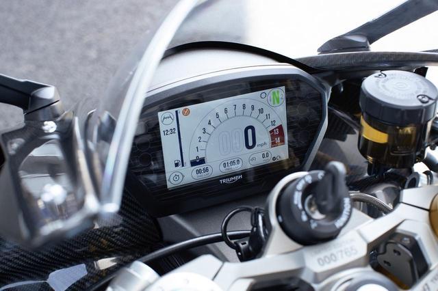 画像: •Moto2™オフィシャルブランドロゴを起動画面に表示したフルカラーTFTディスプレイ •トラックモードを含む5つのライディングモード •Triumphシフトアシスト(シフトアップ/シフトダウンクイックシフター)