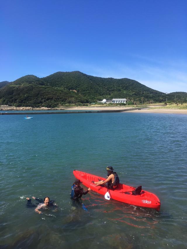 画像: シーカヤック体験も綺麗な海だと格別です。