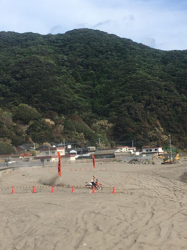 画像: 昨年、試乗会場のひとつは海岸でした。砂浜をKTMのオフロード車で走れます。