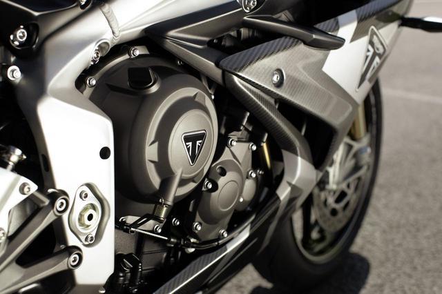 画像: •新しい765ccDaytonaトリプルエンジン(Moto2™派生のアップデート版) •トライアンフ史上最高のパワーとトルクを生み出す量産型765ccエンジン •130 PS @ 12,250 rpmの最高出力 •80 Nm @ 9,750 rpmの最大トルク •新しいArrow製チタンレースマフラーから轟く咆哮 •初の公式Moto2™ Dorna Sports.SLライセンス取得済みバイク