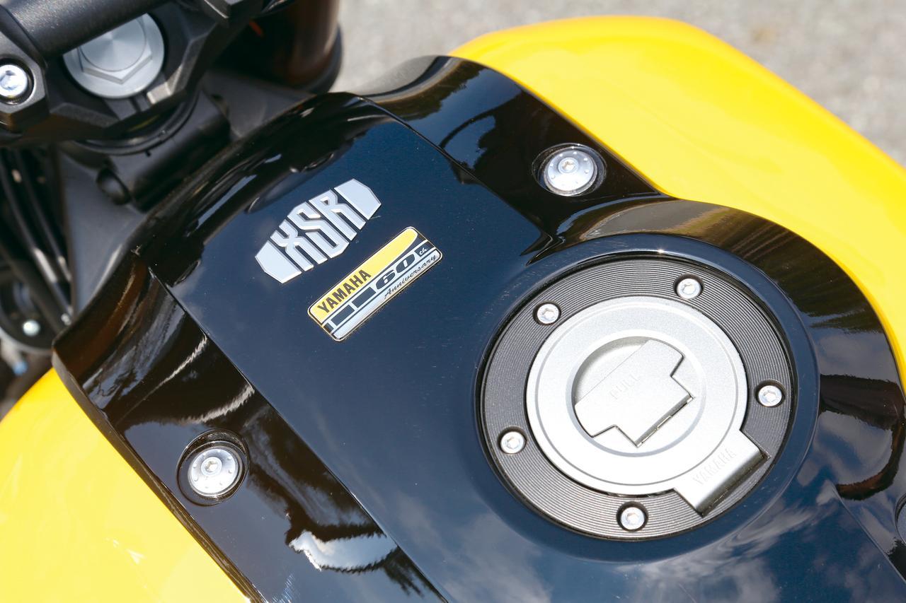 画像: インターカラーだけでなく、タンク上には60周年記念車であることを示すバッジも。