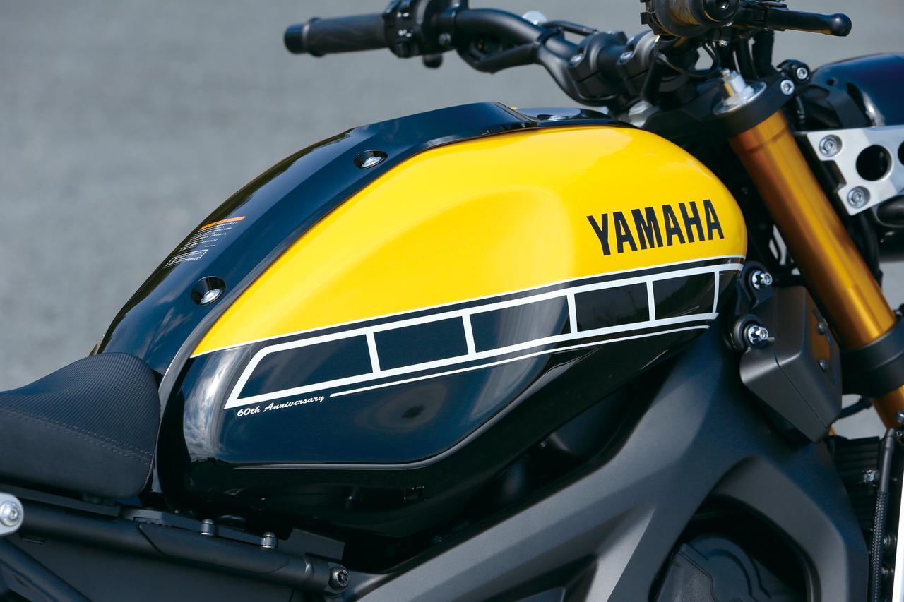 画像: ヤマハ60周年記念車では、USインターカラーと呼ばれるグラフィックをタンクに採用。