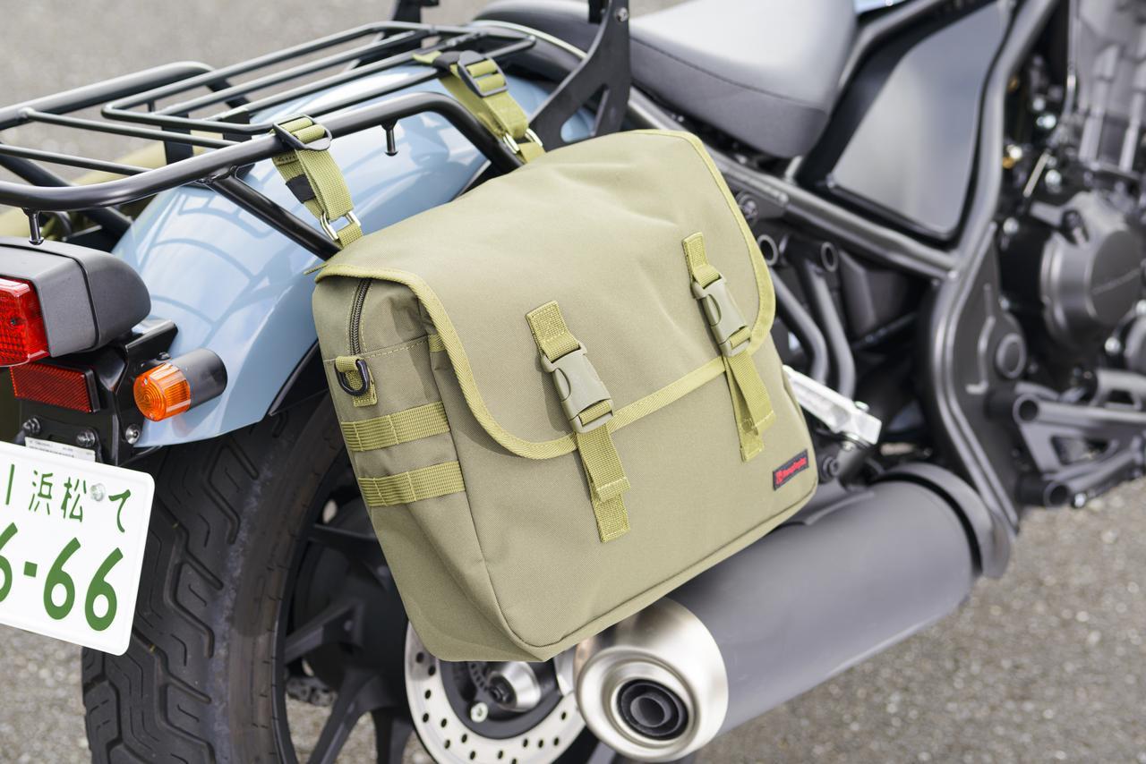 画像: サドルバッグサポートの上から、レトロデザインの「サドルバッグMIL DHS-10(7200円)」を装着したところ。