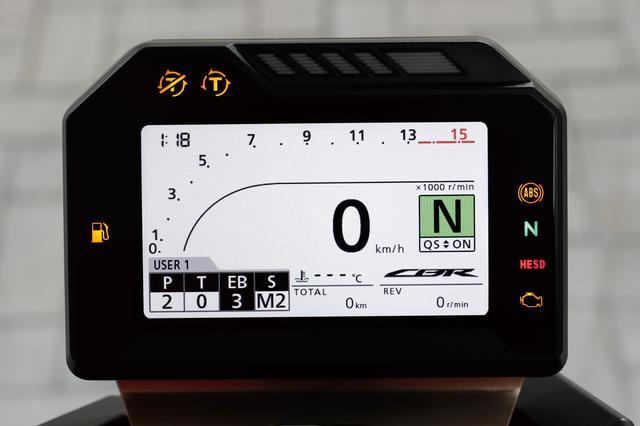 画像: CBR1000RRのメーター画面。下の方にある「EB」がエンジンブレーキコントロールの設定をつかさどる。電子制御スロットルやIMUの採用が大きく関与しているシステムだ。