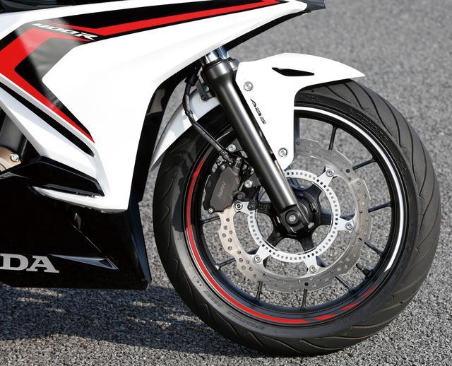 画像: 正立フォーク、320mm径のペータルディスクといったパーツ構成は従来型をそのまま引き継ぐ。タイヤはダンロップのD222だ。