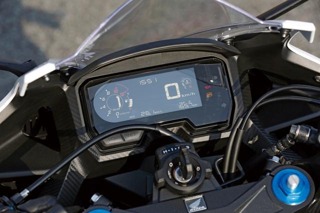 画像: 兄貴分の650のものと同タイプの、反転表示の液晶デジタルメーターを新採用。ギアポジションや燃料計、水温計などを表示可能だ。