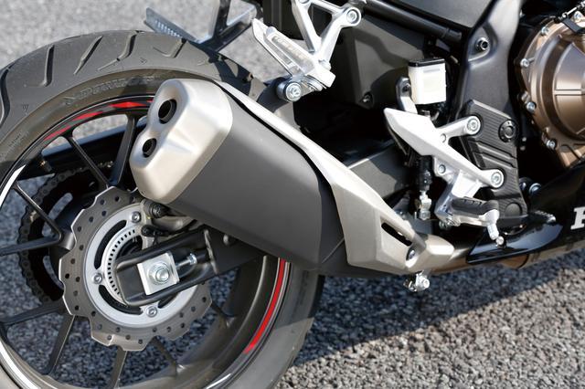 画像: CBR250RRを思わせる、デュアルタイプの異形サイレンサーを採用。2気筒の400シリーズは全てこの新作サイレンサーを装備する。
