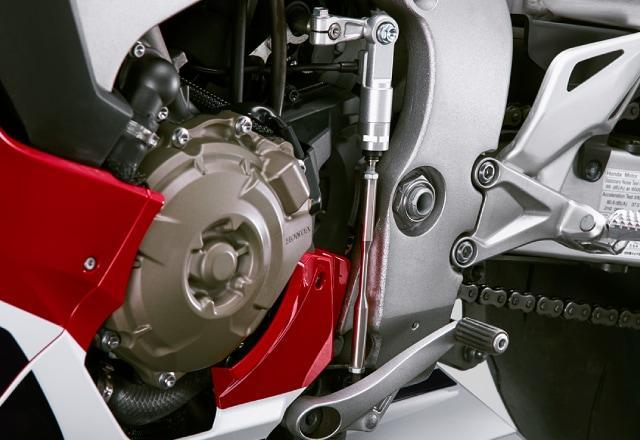 画像: CBR1000RR SPのクイックシフターは、シフトペダルにかかる踏力に応じた制御タイミングを、シフトアップ/ダウンとも3段階ずつ調整可能としている。
