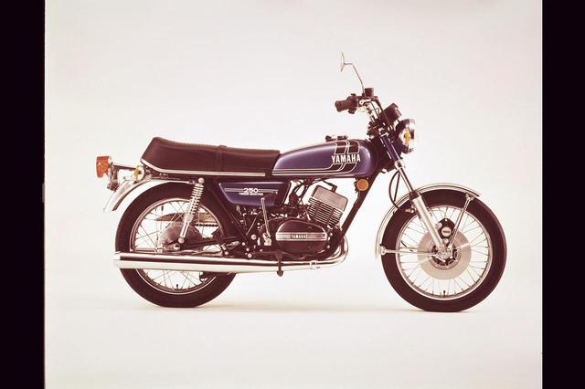 画像: 1974年 RD250Ⅱ/524 マフラーの延長をはじめ、エンジン関係に細かな改良を施し、シートを厚くして乗り心地を改善。1974年型で兆しのあった4サイクルの重量車TXシリーズとのグラフィックの共通化は、1975年のカラーリング変更で達成する。価格は25万9000円に。