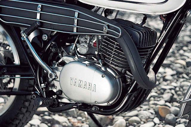 画像: 空冷2 サイクル単気筒は、70×64㎜のボア×ストロークから246.3㏄を得ており、5 ポートピストンバルブ方式などは1967年発売のロードスポーツ、AS1(125㏄ 2 気筒)を手本としている。最高出力:18.5ps/6000rpm、最大トルク:2.32㎏-m/5000rpmを公称。出力はやや控えめだが乾燥重量は112㎏と軽量で、オフロードを走るには充分だった。排気系は車体右側に配されており、足が触れる部分のヒートガードは独特な形状だ。