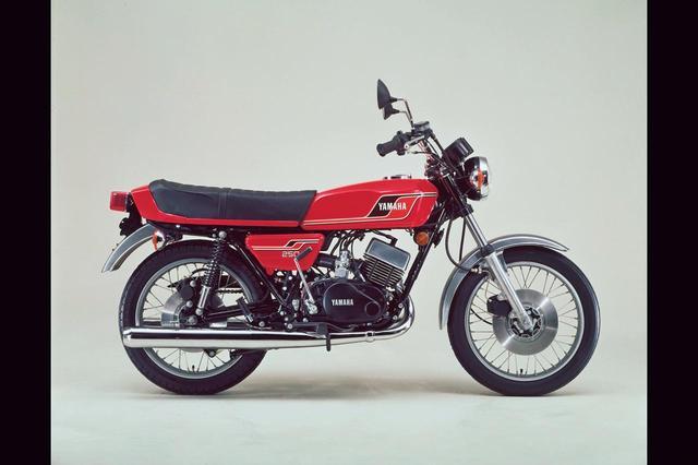 画像: 1977年 RD250Ⅳ/1A4 キャストホイールを装着し、タンク/シート/サイドカバーなどの造形を一新した国内販売最終型。RZの登場後も輸出車は存在。同デザインのRD400対米輸出仕様車はデイトナスペシャルと呼ばれ、アメリカで人気を博した。価格は29万5000円。