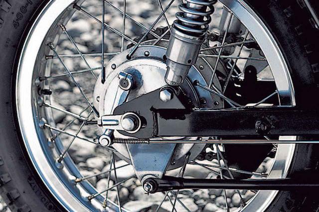 画像: リアホイールもリムを1.85×18からアルミの2.15×18に交換している。ブレーキのドラムはフロントの同サイズのφ150×30㎜で、ツインショックを直立近くまで立てて装着するリアサスペンションのストロークは90㎜、これも当時は最大だった。