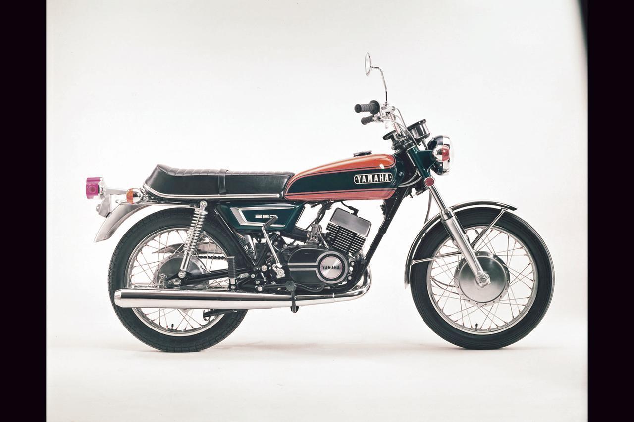 画像: 1971年 DX250/280 カラーリングの変更とマフラーなど一部パーツの見直しを受けて1971年7月に発売されたニューDX250。主要諸元にも機種コードにも変更はなく、19万6000円の価格も据え置かれた。