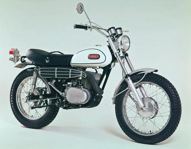 画像: 1968年3 月に登場した初期型で、機種コードNo.は214となる。ウィンカーを装備せず、4 カ月後の同年7 月にリリースされたマイナーチェンジモデル、機種コードNo.が233の車両では、ウィンカーを装備するとともに細部に手を加えた。