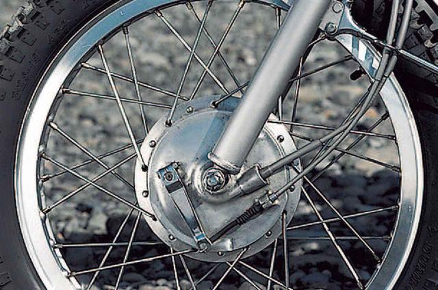 画像: タイヤサイズはフロントが3.25-19、リアが4.00-18で、無論、ブロックパターンだ。前輪のリムは1.60×19が純正サイズブレーキはシングルカムのドラムで、径×幅はφ150×30㎜である。正立式フロントフォークのインナーチューブはφ34㎜、175㎜のストロークは当時は最大だった。