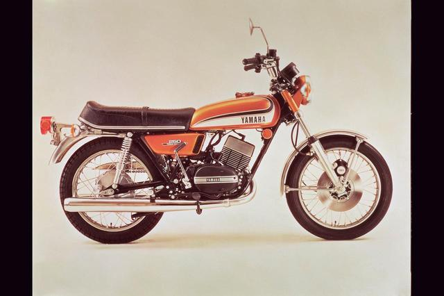 画像: 1973年 RD250/361 吸入方式がピストンバルブからピストンリードバルブに変わり、シリンダーも5ポートから7ポートに進化。ミッションの変速段数を5から6に変更するなどの大きな改良を受け、車名もRD250に改められた1973年型。価格は21万7000円に上がる。