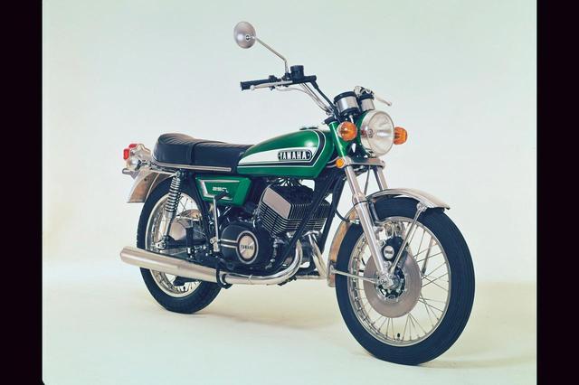 画像: 1972年 DX250Pro/352 YZR500/TZ250/750/XS650Eなどと共通の対向ピストンキャリパーを用いてディスクブレーキ化。合わせてリアショックのスプリングを不等ピッチにして乗り心地を改善。カラーリングも変更されたが、主要諸元と販売価格には変更なし。