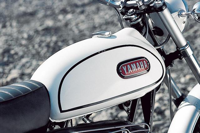画像: 非常に細身に見える燃料タンクは9.5ℓの容量を確保。側面にはYAMAHAのロゴを持つタンクマークが装着される。