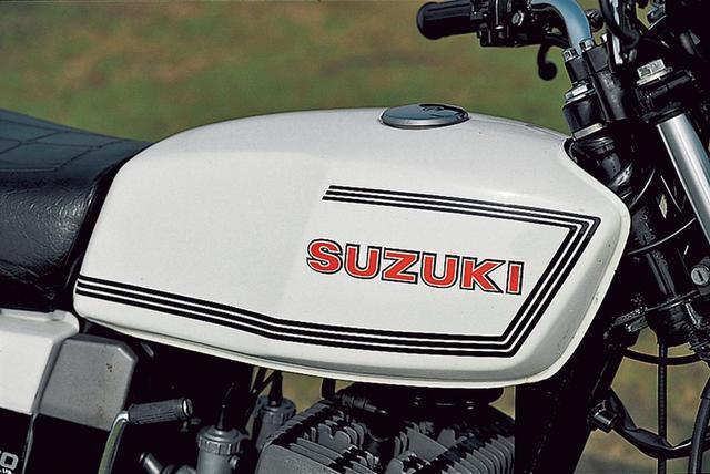 画像: ガソリンタンクは15ℓ容量で、キャップはカギを備える。黒の3本ラインと赤いSUZUKIのロゴを組み合わせるシンプルなデザインだ。