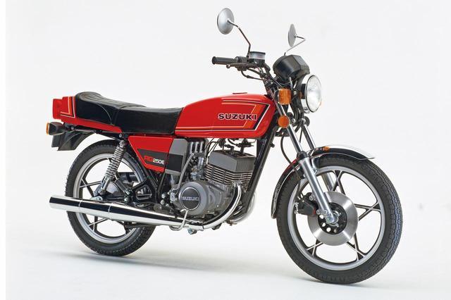 画像: 1980 RG250E(GT2502) 1980年2月に販売を開始したRG250Eの2型。一体型ケースに格納したメーターや角形に変化したウィンカー、フロントブレーキマスターシリンダーを丸→角形にしたなどが1型との相違点。価格は据え置き、日本ではこれが最終型となった。