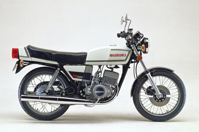 画像: 最初期モデルは1978年6月に発売され、価格は27万9000円だった。カラーリングは、写真のイーグレットホワイト以外に、キャンディインペリアルマルーンとマーブルカナディアンブルーを用意。GT250の外装部品は曲線的な造形だが、RG250は直線的なラインで構成され、前後に長いシートの後端部にはカバーを装着、リアフェンダーを丸形のスチール製から短い樹脂製に改めるなど、現代的な造形に変わっている。