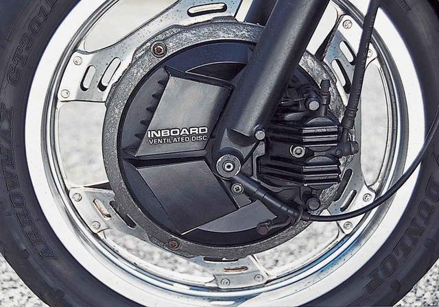 画像14: 16インチの前輪やインボードディスク、リアのモノショックなど車体はVTに通じる