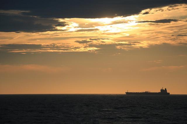 画像: 昼夜を問わず船が行きかっているため、退屈しません。夜には、対岸・伊豆半島のどこかで上がった花火が見られました。