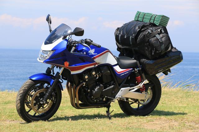 画像: 積載しているリアバッグは、TANAX「キャンピングシートバッグ2」。サイドバッグはTANAX「スポルトシェルケース」になります。