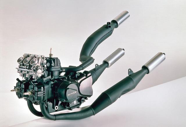 画像: 水冷90度V型3気筒エンジンは、NS500の前1気筒、後ろ2気筒と異なり、前2気筒、後ろ1気筒という独自の配置を採用。最高出力:40ps/9000rpm、最大トルク:3.2㎏-m/8500rpmの公称値は、RZ250の35ps/8500rpm、3.0㎏-m/8000rpmをともに凌駕。フロント2気筒のチャンバーは一般的な配置だが、リアは、後輪との干渉を避けるために湾曲、車体右側の高位にサイレンサーを配する。