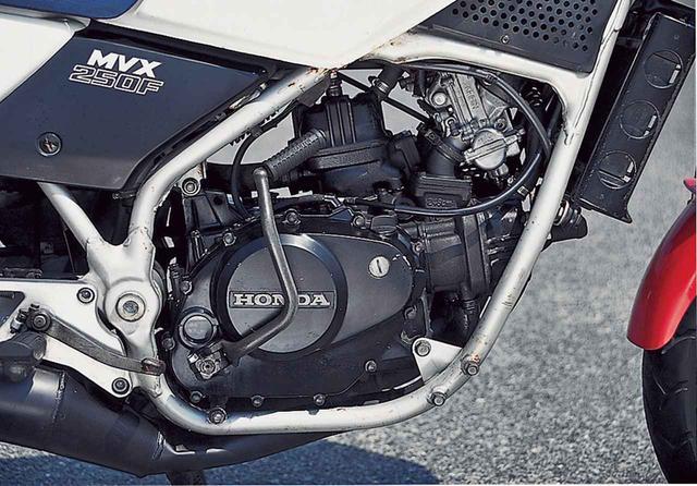 画像8: 16インチの前輪やインボードディスク、リアのモノショックなど車体はVTに通じる