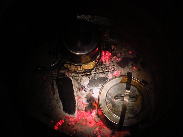画像: バーナーが強風で使えなかったので、鍋をドラム缶の中にダイレクト投入。
