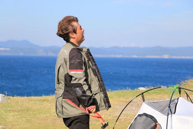 画像: こんな日に組み立て方を熟知していない、おニューのテントを持ってきちまった、と後悔する松本先輩。