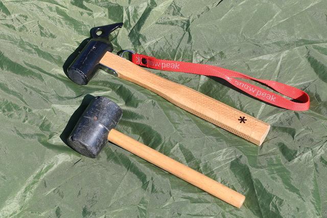 画像: 写真下が西野のゴムハンマー、上が松本先輩のスノピ製高級ハンマー。